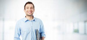 Lachende man met laptop onder zijn arm