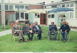 5 oude indische mannen zitten op tuinstoelen in de tuin