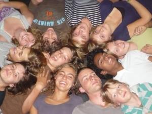 groep lachende jongeren