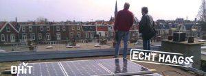 Twee mannen op een dak met zonnepanelen